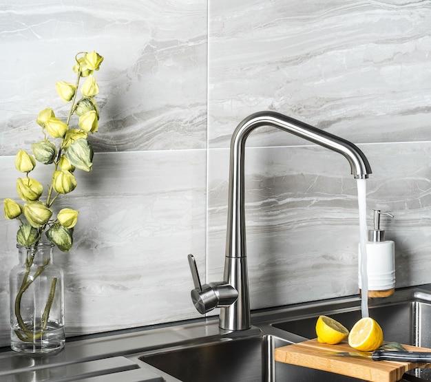 Neuer und moderner stahlhahn in der küche