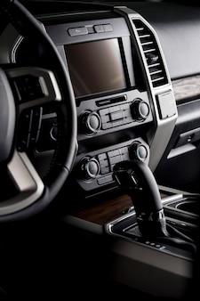 Neues auto-cockpit mit multimedia-bildschirm