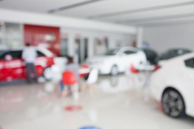 Neues auto im autohaus des neuen autohauses verwischte hintergrund