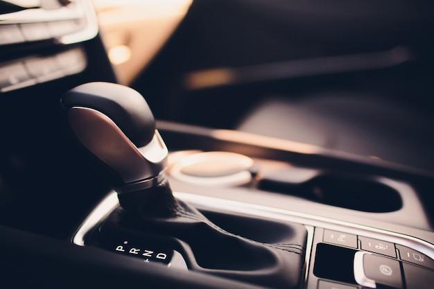 Neues auto im showroom. luxus lederausstattung. autohändler