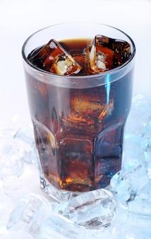 Neues cola im glas