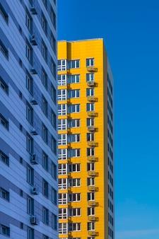 Neues gelbes mehrstöckiges hochhausgebäude