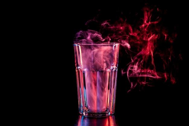 Neues glas mit weichem mehrfarbigem lila rauch