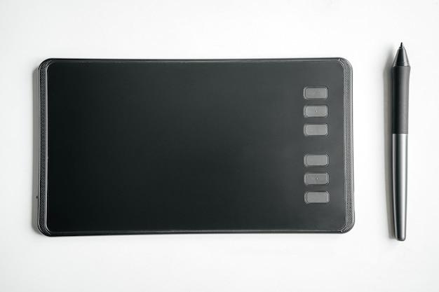 Neues grafiktablett und stift auf einem weißen tisch
