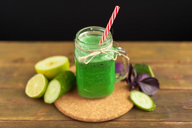 Neues grünes glattes getränk