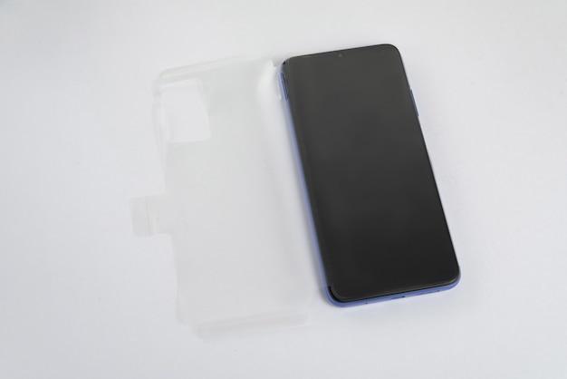 Neues handy mit transparenter abdeckung über isoliertem weißem hintergrund