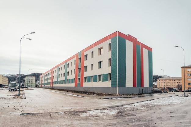 Neues haus im nördlichen arktischen dorf lodeynoye, kola-halbinsel, russland.