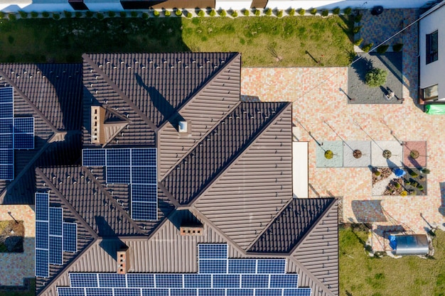 Neues haus mit garten und sonnenkollektoren auf dem dach