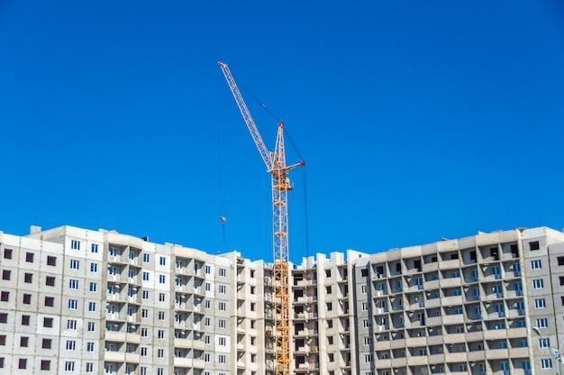 Neues hochhaus und industriekrane