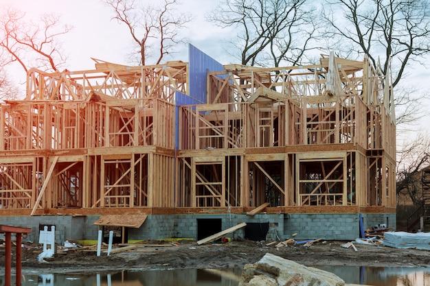 Neues hölzernes bauwohnhaus, das gegen einen blauen himmel gestaltet