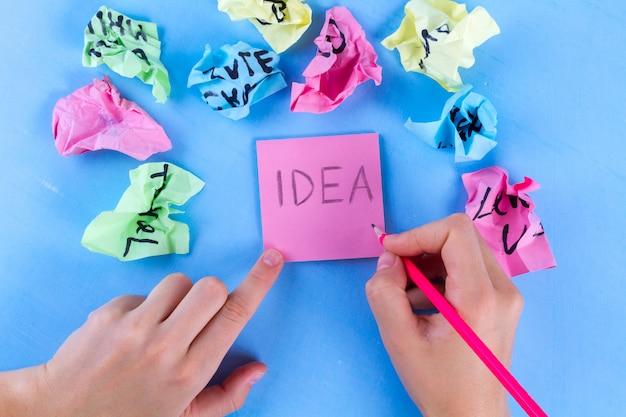 Neues ideenkonzept, zerknitterte papierbälle und blätter briefpapier