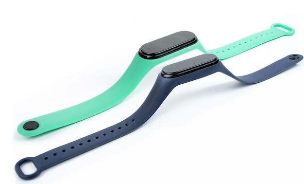Neues intelligentes fitnessarmband mit farbigem gurt lokalisiert auf weißem hintergrund