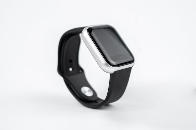 Neues intelligentes fitnessarmband mit leerem schwarzen bildschirm