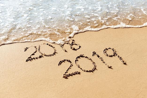 Neues jahr 2019 ersetzen 2018 auf dem seestrandkonzept