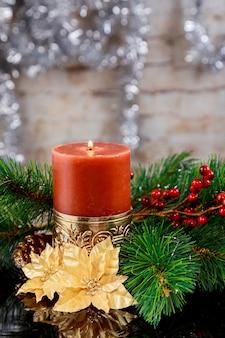 Neues jahr copyspace karte. weihnachtsbaum tannenzweig, brennende kerze, bunte lichter girlande, trockene orangen,