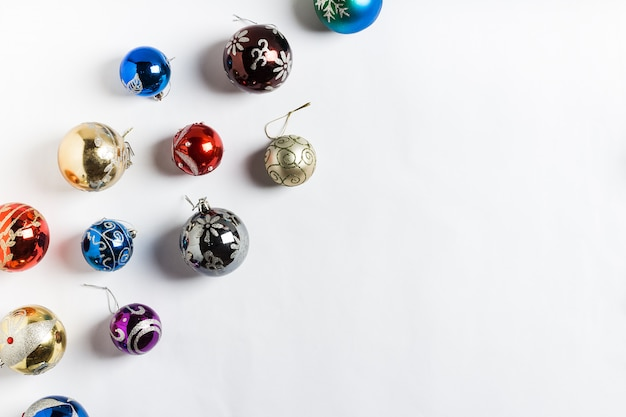Neues jahr der runden bälle des weihnachtsfeiertags auf weiß