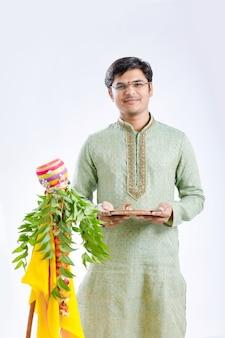 Neues jahr gudi padwa marathi, junger inder, der gudi padwa festival feiert