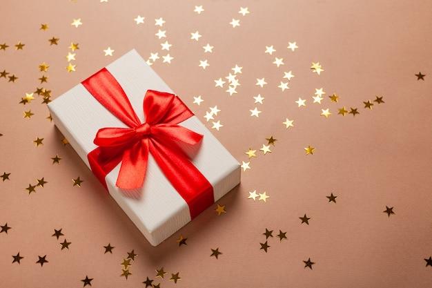 Neues jahr mit geschenken golden