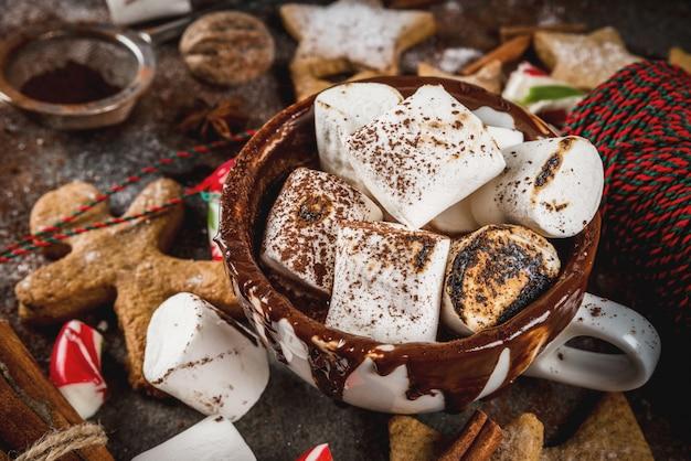 Neues jahr, weihnachtsleckerbissen, süßigkeiten. schale heiße schokolade mit gebratenem eibisch, ingwersternplätzchen
