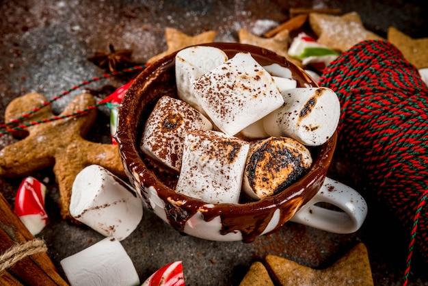 Neues jahr, weihnachtsleckerbissen, süßigkeiten. schale heiße schokolade mit gebratenem eibisch