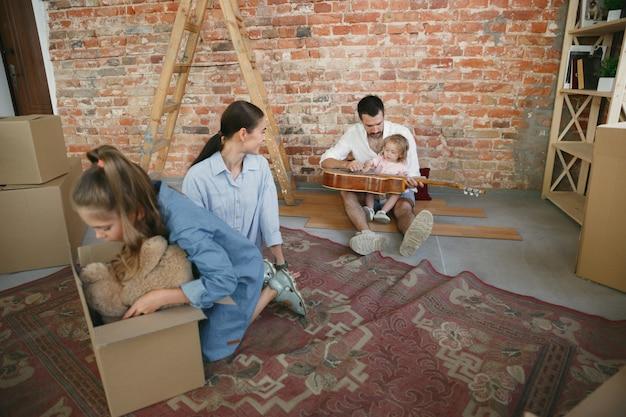 Neues leben. erwachsene familie zog in ein neues haus oder eine neue wohnung.