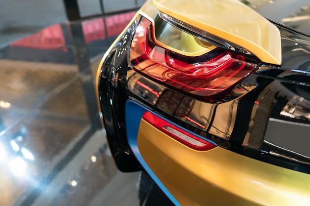 Neues led-rücklicht - die rücklichter des autos in hybrid-sportwagen. entwickelt das hintere bremslicht von modern car.