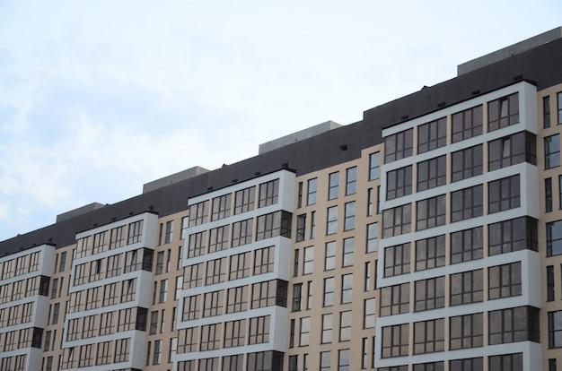 Neues mehrstöckiges wohngebäude auf der stadtstraße