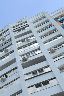 Neues mehrstöckiges wohngebäude und blauer himmel