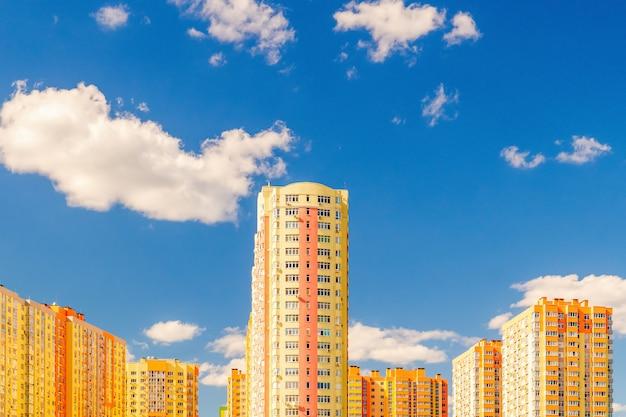 Neues mehrstöckiges wohngebäude vor auslieferung