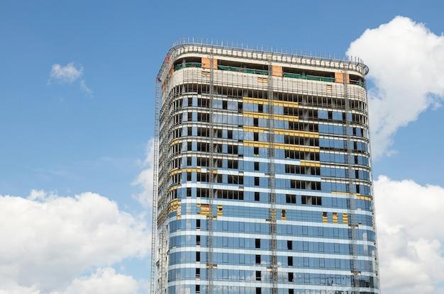 Neues modernes hohes gebäudegeschäftszentrum oder -wohnung am schönen himmelhintergrund.