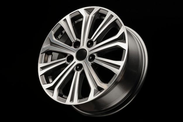 Neues modernes leichtmetallrad mit grauen einsätzen, seitenansicht.