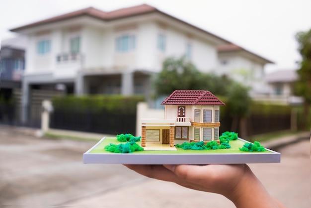 Neues musterhaus für eigenheim und real-agentur-immobilien