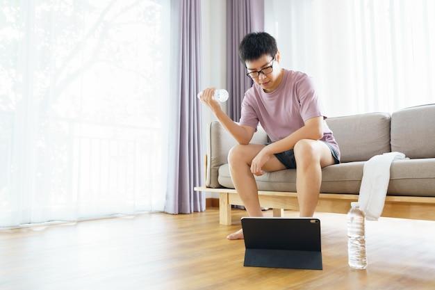 Neues normales training zu hause ein asiatischer mann