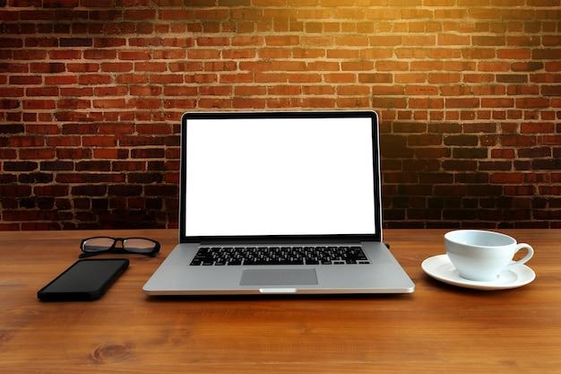 Neues projekt des arbeitsplatzhintergrundes auf laptop