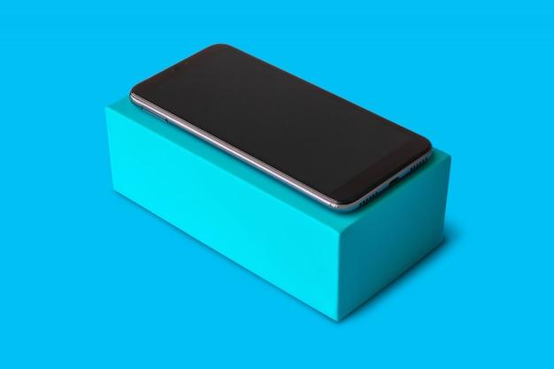 Neues smartphone auf blauem hintergrund für modell