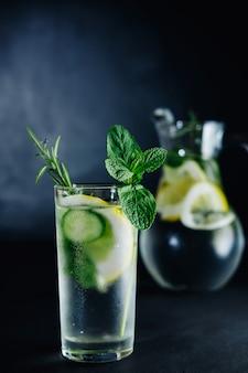 Neues sommergetränk. gesundes sprudelndes glasentgiftungswasser mit zitrone, minze, rosmarin und gurke im weckglas. gesundes lebensmittelkonzept. detox-diät.