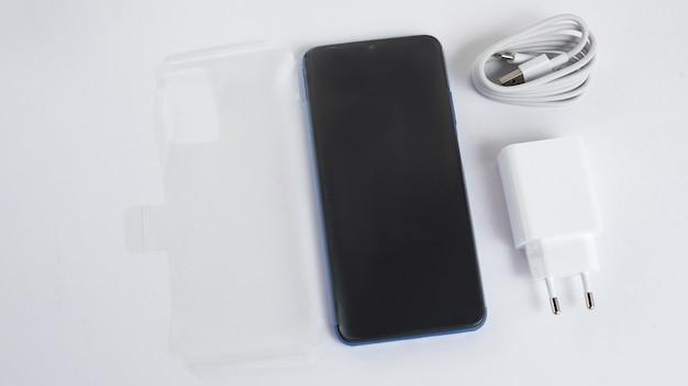 Neues telefon über isoliertem weißem hintergrund