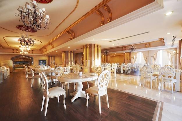 Neues und sauberes luxusrestaurant im europäischen stil. amara dolce vita luxushotel. resort. tekirova-kemer. truthahn
