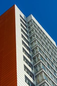 Neues, weißes, mehrstöckiges hochhausgebäude