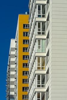 Neues weißes mehrstöckiges wohngebäude