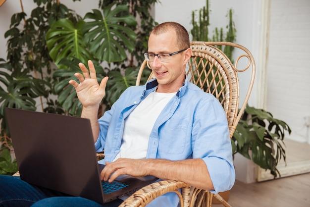 Neues wissen online zu hause während der selbstisolation