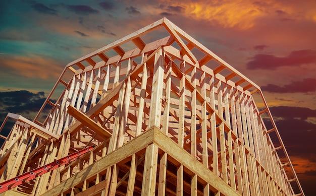 Neues wohnbauhaus, das gegen einen sonnenuntergang gestaltet