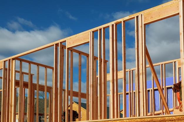 Neues wohnungsbauhaus, das gegen einen blauen himmel gestaltet.