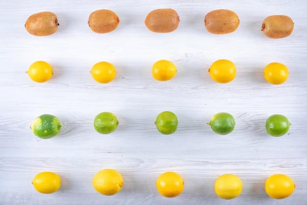 Neues zitrusfruchtmuster ordnete reihe für reihe auf holzoberfläche an