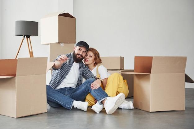 Neues zuhause, neues leben. glückliches paar zusammen in ihrem neuen haus. konzeption des umzugs