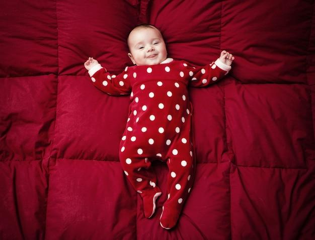 Neugeboren mit weihnachtsanzug