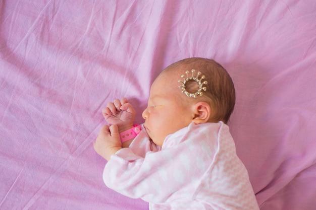 Neugeborene erste lebenstage im kreißsaal.