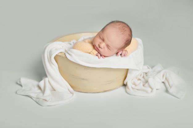 Neugeborener junge auf weißem hintergrund