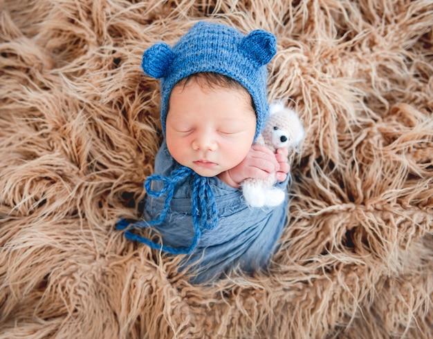 Neugeborener junge in eine decke gewickelt