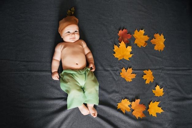 Neugeborener junge ist die ansichtspitze. herbstkonzept des kindes von fünf monaten